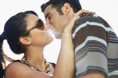 Couples romantiques embrassant contre la lumière du soleil Images libres de droits