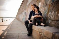 Couples romantiques embrassant dans l'amour appréciant la vue Photos libres de droits