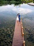 Couples romantiques embrassant en parc photographie stock