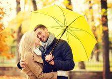 Couples romantiques embrassant en parc d'automne Image stock