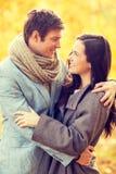 Couples romantiques embrassant en parc d'automne Photographie stock libre de droits