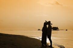 Couples romantiques embrassant et tenant des mains sur la plage Photos stock