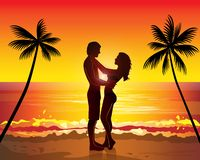 Couples romantiques embrassant, palmier exotique de coucher du soleil Image stock