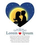 Couples romantiques embrassant pendant la nuit Image libre de droits