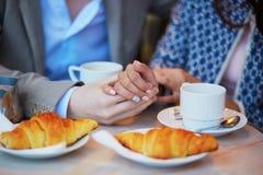 Couples romantiques en café parisien Image stock