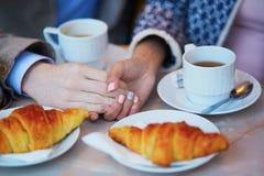Couples romantiques en café parisien Photographie stock