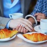 Couples romantiques en café parisien Photo stock