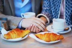 Couples romantiques en café parisien Images stock