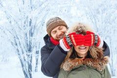 Couples romantiques en hiver dehors Photos stock