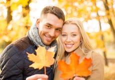 Couples romantiques en parc d'automne Photographie stock