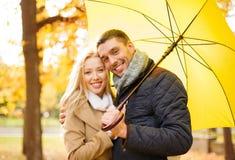 Couples romantiques en parc d'automne Image stock