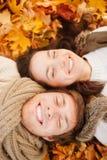 Couples romantiques en parc d'automne Photo libre de droits