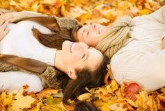 Couples romantiques en parc d'automne Images stock