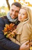 Couples romantiques en parc d'automne Photographie stock libre de droits