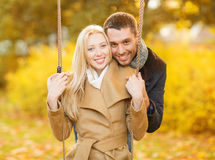 Couples romantiques en parc d'automne Photos stock