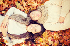 Couples romantiques en stationnement d'automne Image stock