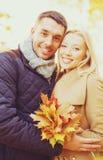 Couples romantiques en stationnement d'automne Image libre de droits