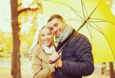 Couples romantiques en stationnement d'automne Photos libres de droits