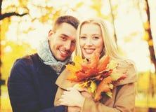 Couples romantiques en stationnement d'automne Images libres de droits