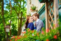 Couples romantiques ensemble sur le balcon Images stock