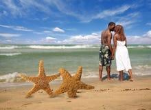 Couples romantiques entrant dans la vague déferlante Images libres de droits