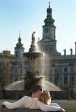 Couples romantiques et affectueux, coucher du soleil par la fontaine Image stock