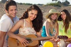 Couples romantiques et deux amis féminins sur la plage Photographie stock libre de droits