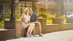 Couples romantiques examinant l'avenir heureux ensemble, première passion, date d'été Images stock