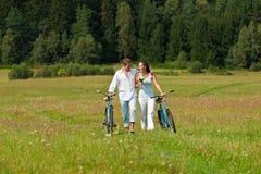 Couples romantiques faisant la promenade en nature Images stock