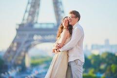 Couples romantiques heureux à Paris, près de Tour Eiffel image libre de droits