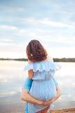 Couples romantiques heureux dans l'amour et amusement de avoir au lac extérieur dans le jour d'été, beauté de nature, Photo stock
