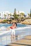 Couples romantiques heureux dans l'amour et amusement de avoir extérieur dans le jour d'été, beauté de nature, concept d'harmonie Image libre de droits
