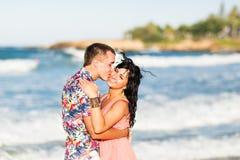 Couples romantiques heureux dans l'amour et amusement de avoir extérieur dans le jour d'été, beauté de nature, concept d'harmonie Photographie stock libre de droits