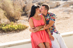 Couples romantiques heureux dans l'amour et l'amusement de avoir dehors, jour d'été, beauté de nature, concept d'harmonie Photographie stock