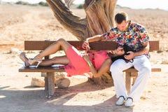 Couples romantiques heureux dans l'amour et l'amusement de avoir dehors, jour d'été, beauté de nature, concept d'harmonie Photos stock