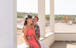 Couples romantiques heureux dans l'amour et l'amusement de avoir dehors, jour d'été, concept d'harmonie Images stock