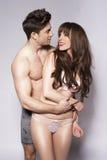 Couples romantiques heureux dans une étreinte intime Images stock
