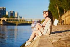 Couples romantiques heureux ? Paris, pr?s de la rivi?re la Seine photos libres de droits