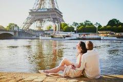 Couples romantiques heureux ? Paris, pr?s de Tour Eiffel images libres de droits