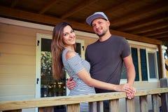 Couples romantiques heureux s'étreignant et posant à une terrasse Photographie stock