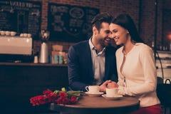 Couples romantiques heureux se reposant dans un café potable de café Images libres de droits