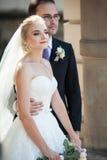 Couples romantiques, homme et épouse, posant près de la vieille colonne de bâtiment Photo libre de droits