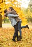 Couples romantiques jouant en parc d'automne Photos stock