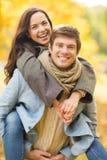 Couples romantiques jouant en parc d'automne Photographie stock libre de droits