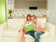 Couples romantiques lisant un livre ensemble Image libre de droits