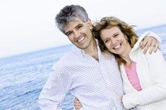 Couples romantiques mûrs au bord de la mer Image stock