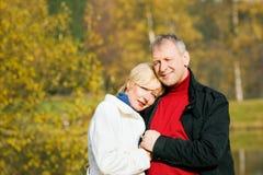 Couples romantiques mûrs en stationnement photos stock