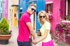Couples romantiques marchant dans des rues de petit village Image libre de droits