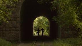 Couples romantiques marchant par un tunnel clips vidéos