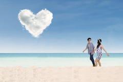 Couples romantiques marchant sur la plage Photo stock